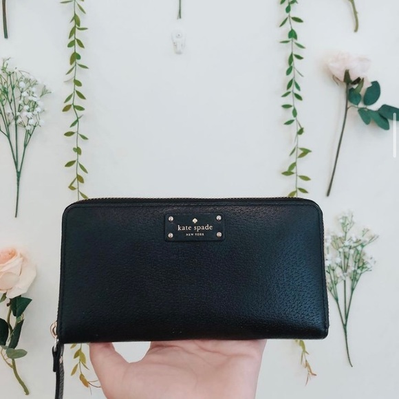 Black Kate Spade wallet. In good condition!